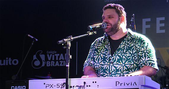 Adriano Grineberg embala à noite com muito blues no O Malleys Eventos BaresSP 570x300 imagem