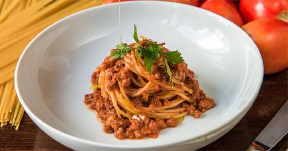 Serafina Restaurante dá desconto no clássico Spaghetti Alla Bolognese para celebrar aniversário de SP Eventos BaresSP 570x300 imagem