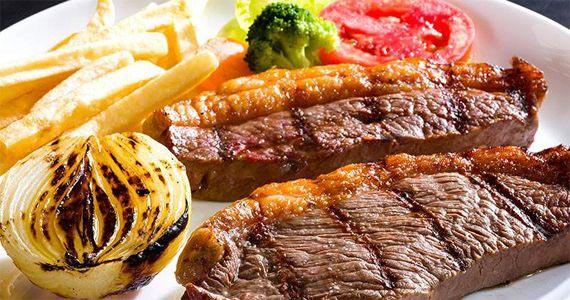Almoço com cortes nobres grelhados e Happy Hour a noite com mais de 40 opções de espetinhos no Assim Assado  BaresSP
