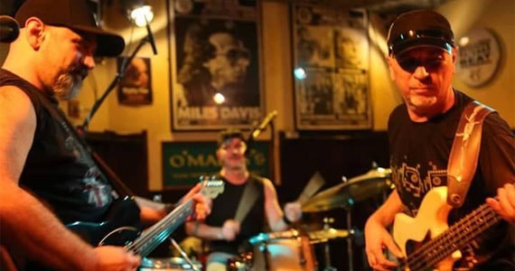 Domingo a banda Old School Power Trio anima a noite com o melhor do rock´n roll no The Blue Pub