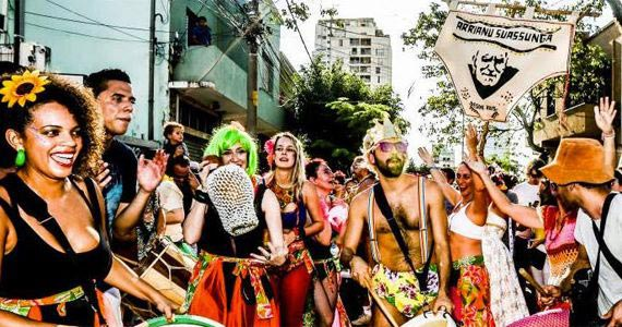 Bloco Arrianu Suassunga desfila com dançarinas e foliões inspirados pelo mestre Angelo Madureira em Pinheiros Eventos BaresSP 570x300 imagem