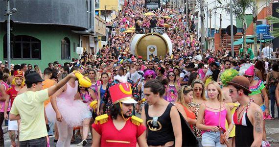 Bloco Banda Bicha desfila no pré carnaval de Guarulhos em frente ao Hotel Slaviero Eventos BaresSP 570x300 imagem