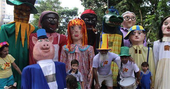 Bloco das Emílias e Viscondes desfila pelas ruas com o tema A Pílula Falante do Dr. Caramujo na Biblioteca Mário de Andrade Eventos BaresSP 570x300 imagem