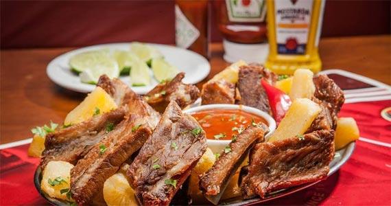 Liverpool Bar oferece deliciosa e crocante costelinha com mandioca  Eventos BaresSP 570x300 imagem