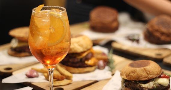 Box St. Burger e Bar oferece de quinta-feira double drink de Aperol ou Gim Tônica Eventos BaresSP 570x300 imagem