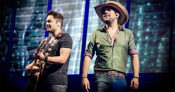 A dupla Fernando e Sorocaba sobe no palco do Terra Country e canta os seus sucessos Eventos BaresSP 570x300 imagem