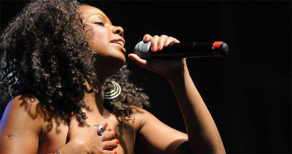Toda irreverência da cantora Mara Nascimento animando à noite no Ton Ton Jazz  Eventos BaresSP 570x300 imagem
