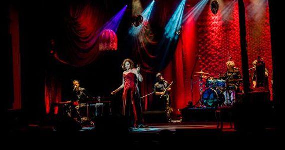 Marisa Orth Uma viagem musical através das dores e delícias de uma história de amor no Bourbon Street Music Eventos BaresSP 570x300 imagem