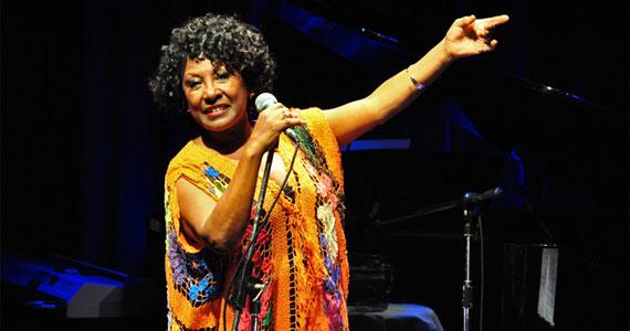 Voz e leveza da cantora Rosa Marya Colin no palco do Rancho do Serjão Eventos BaresSP 570x300 imagem