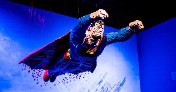 Exposição LEGO com super-heróis e vilões da DC Comics finalmente chega ao Brasil  Eventos BaresSP 570x300 imagem