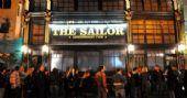 Banda Seu Cuco comanda a noite com o melhor do rock no The Sailor