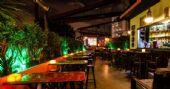 Noite da Cerveja com DJs residentes animando a sexta-feira do Akbar Lounge e Disco