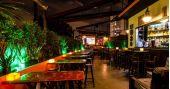 Noite da Cachaça com DJs residentes animando a noite no Akbar Lounge e Disco
