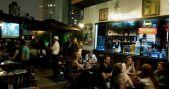 Noite da Brilhantina com DJs convidados animando o Akbar Lounge e Disco