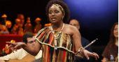 A cantora Carmen Queiroz cantando os seus sucessos no Ó do Borogodó BaresSP