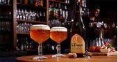 Happy hour com cervejas importadas, drinks especiais e banda Rock 4 All no Finnegans Pub