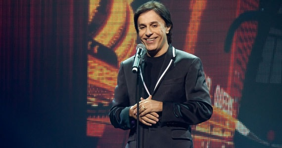 Tom Cavalcante estreia nova temporada de Todos os Toms no Teatro Bradesco  Eventos BaresSP 570x300 imagem
