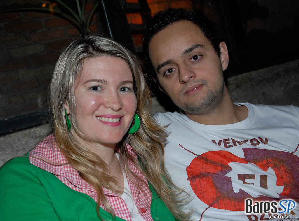 DJ americano Brad na noite do 8 Bar