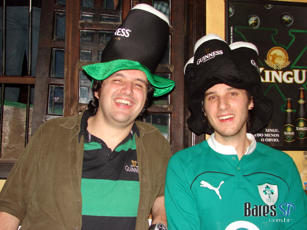 Típicas gaitas de foles no St. Patrick's Day do Finnegan's Pub