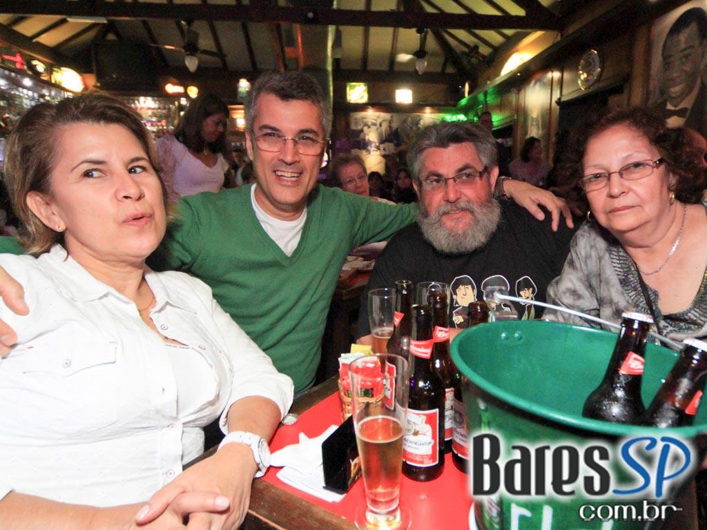 <a href='http://www.facebook.com/sharer.php?u=http://www.baressp.com.br/fotos/visualizar/713784' target='_blank'><img src='/images/icones/social64x64/facebook.png' alt='Facebook BaresSP' title='Compartilhe esta foto' width='40' /></a>&nbsp;<a href='http://twitter.com/share?text=Compartilhe&amp;lang=pt%26url=http://www.baressp.com.br/fotos/visualizar/713784' target='_blank'><img src='/images/icones/social64x64/twitter.png' alt='Twitter BaresSP' title='Compartilhe esta foto' width='40' /></a>&nbsp;<a href='http://www.baressp.com.br/fotos/coberturas/15870/15870_16.jpg' download><img src='/images/icones/download_icon.png' alt='Download' title='Baixar imagem' width='33' style='margin-bottom:4px;' /></a>