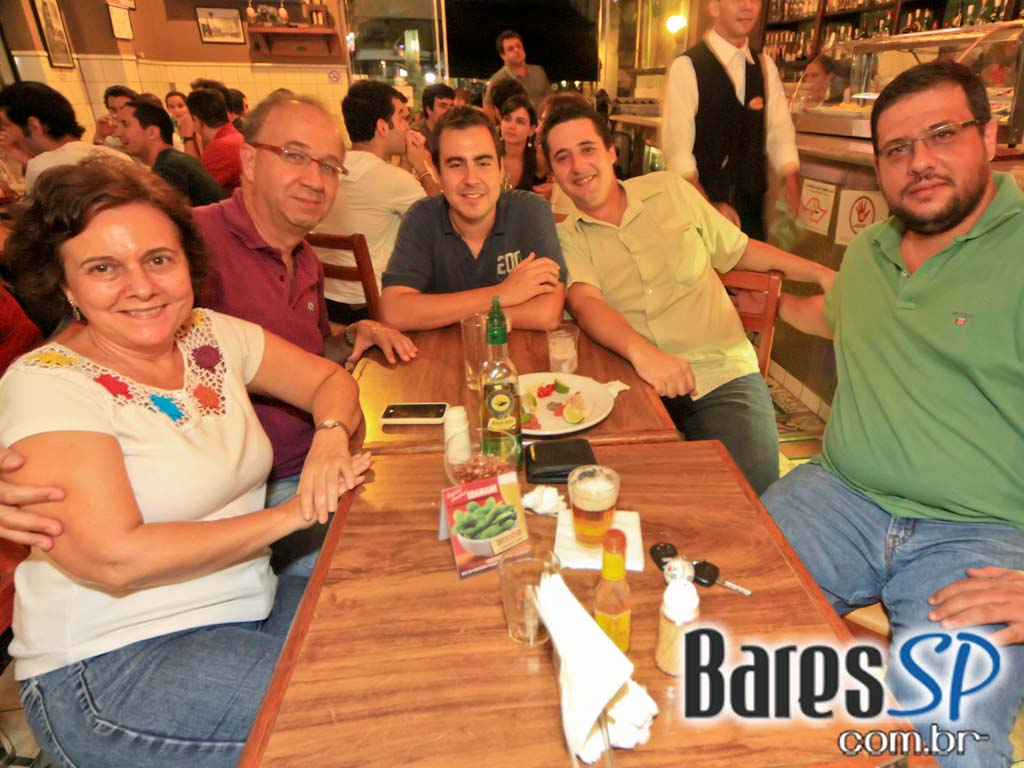 Happy Hour com petiscos variados e cerveja gelada no Bar do Arnesto