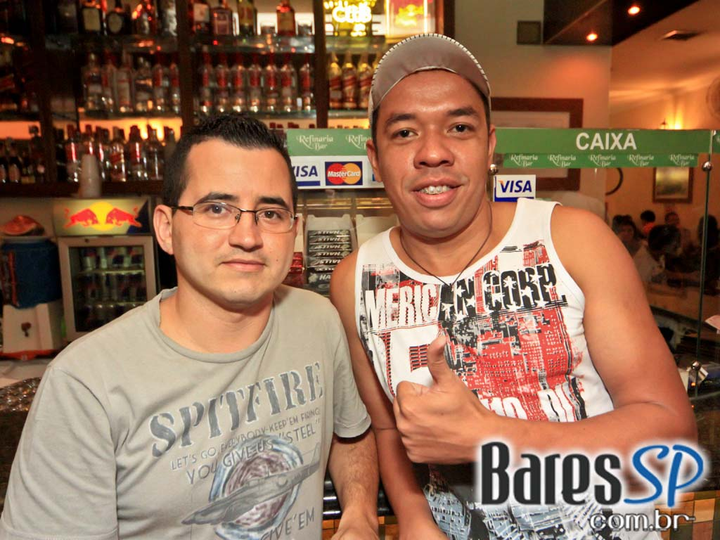 Os embalos do sertanejo no Domingo na Refinaria Bar