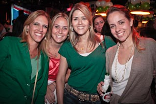 Celebração do dia de ST. Patricks Day no The Queen's Head