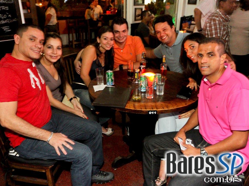 <a href='http://www.facebook.com/sharer.php?u=http://www.baressp.com.br/fotos/visualizar/717749' target='_blank'><img src='/images/icones/social64x64/facebook.png' alt='Facebook BaresSP' title='Compartilhe esta foto' width='40' /></a>&nbsp;<a href='http://twitter.com/share?text=Compartilhe&amp;lang=pt%26url=http://www.baressp.com.br/fotos/visualizar/717749' target='_blank'><img src='/images/icones/social64x64/twitter.png' alt='Twitter BaresSP' title='Compartilhe esta foto' width='40' /></a>&nbsp;<a href='http://www.baressp.com.br/fotos/coberturas/15972/15972_17.jpg' download><img src='/images/icones/download_icon.png' alt='Download' title='Baixar imagem' width='33' style='margin-bottom:4px;' /></a>