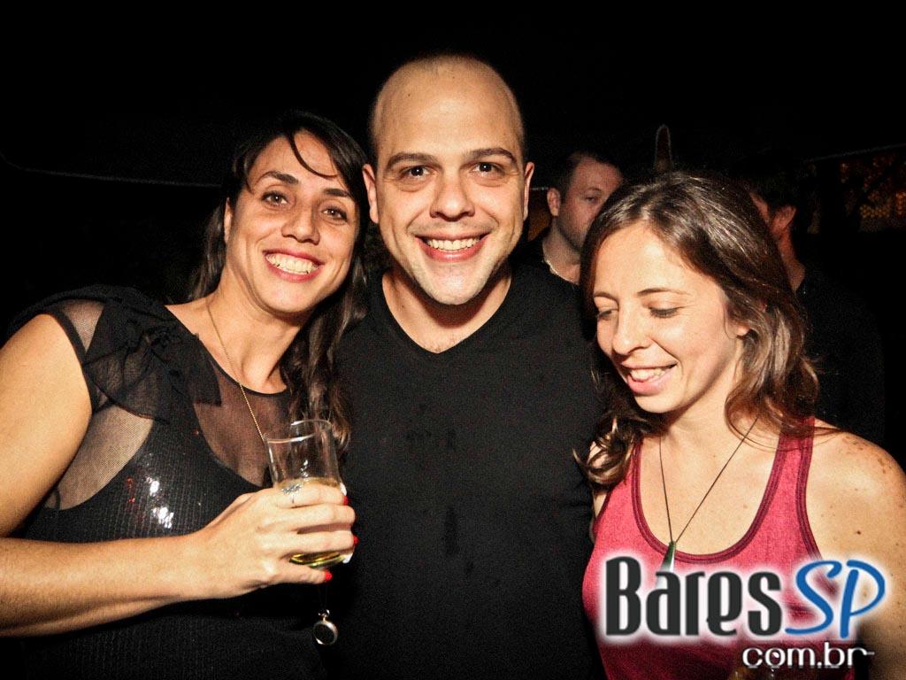 <a href='http://www.facebook.com/sharer.php?u=http://www.baressp.com.br/fotos/visualizar/718494' target='_blank'><img src='/images/icones/social64x64/facebook.png' alt='Facebook BaresSP' title='Compartilhe esta foto' width='40' /></a>&nbsp;<a href='http://twitter.com/share?text=Compartilhe&amp;lang=pt%26url=http://www.baressp.com.br/fotos/visualizar/718494' target='_blank'><img src='/images/icones/social64x64/twitter.png' alt='Twitter BaresSP' title='Compartilhe esta foto' width='40' /></a>&nbsp;<a href='http://www.baressp.com.br/fotos/coberturas/16088/16088_21.jpg' download><img src='/images/icones/download_icon.png' alt='Download' title='Baixar imagem' width='33' style='margin-bottom:4px;' /></a>