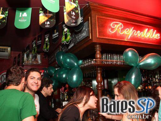 Republic Pub recebeu a banda Junkie Box em celebração ao ST. Patrick's