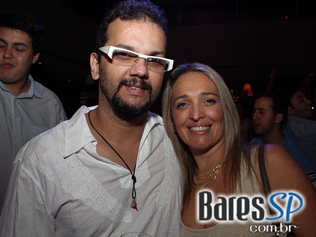 Maevva Bar embalou a noite com os sucessos do pop e sertanejo