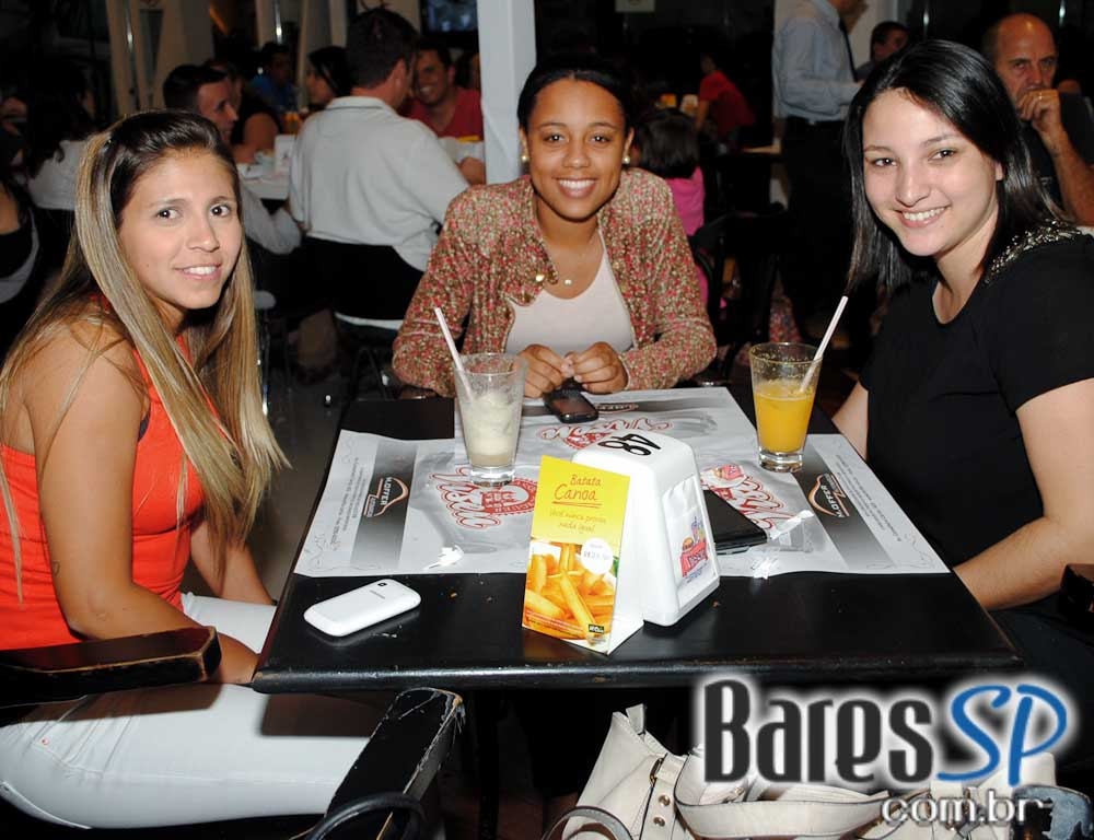 Happy hour descontraído com variedades de petiscos e drinks no Viseu