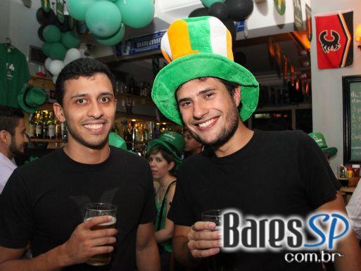 DJs Kaze e Rafa Fiorito animaram o St. Patrick's Day do The Blue Pub