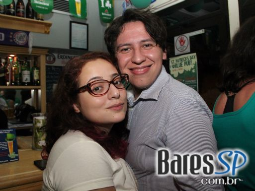 DJs Kaze e Rafa Fiorito animaram o St. Patrick's Day do The Blue Pub