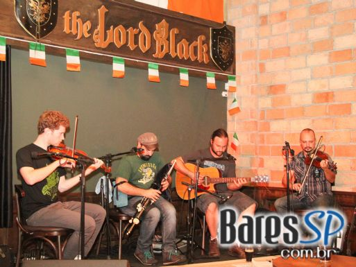 Grupo Navar & Friends e banda Double Weight animaram o domingo de St. Patrick's Day do The Lord Black - St. Patrick Week