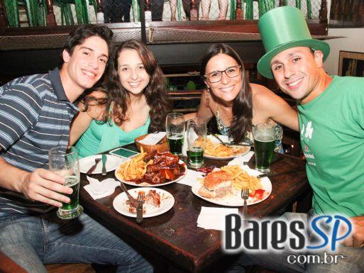 Segunda-feira teve muito Blues no St. Patrick's Day do Finnegan's Pub