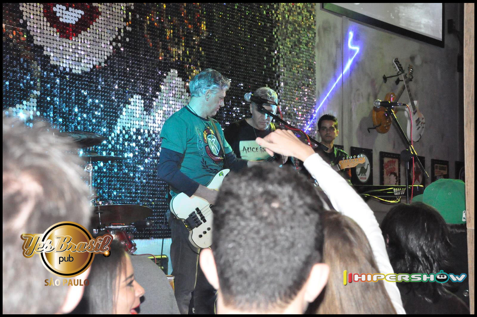Noite do Rock In Roll com o cantor Mauricio Gasperini no palco do Yes Brasil Pub
