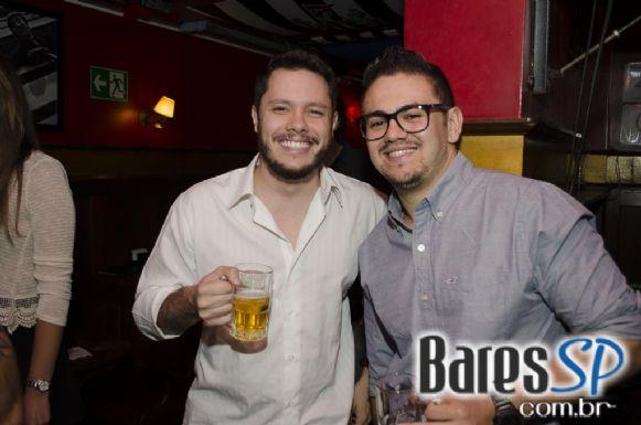 Banda Vih e DJ Thiago da 89 FM comandaram a noite de quinta no Republic Pub - St. Patrick's Week