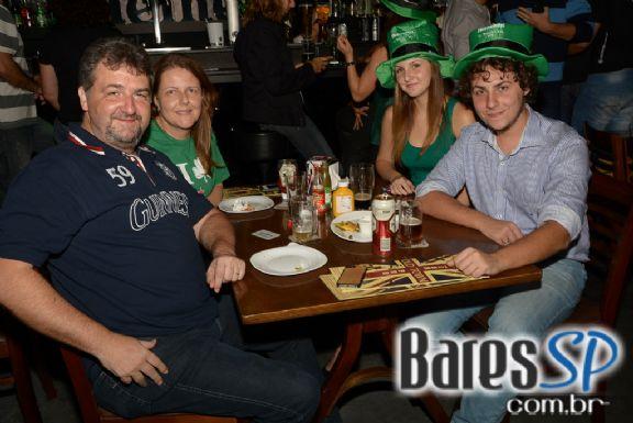Festa do St. Patrick's Day com brindes de cartola e camisetas da Heineken no Old Town