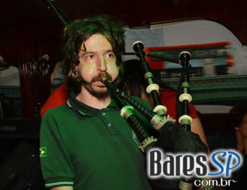 Bandas The Leprechaun e Rubber Soul animaram a festa de St. Patrick's Day no The Blue Pub