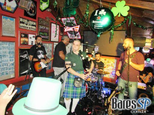 Bandas Acústico Zig Zag e The Lord Rock and Roll na festa de St. Patrick's Day no Liverpool