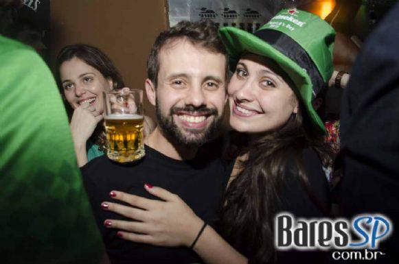 Acústico Summer Duo e banda Cowbell animaram a festa de St. Patrick's no Jet Lag Pub