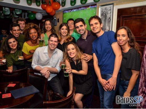 Banda Zoom Beatles e DJ Cadu animaram o St. Patricks Day do The Blue Pub