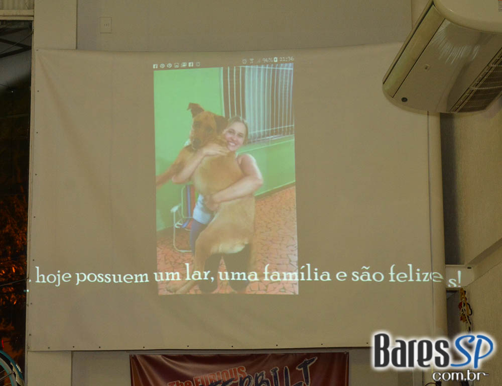 <a href='http://www.facebook.com/sharer.php?u=http://www.baressp.com.br/fotos/visualizar/963198' target='_blank'><img src='/images/icones/social64x64/facebook.png' alt='Facebook BaresSP' title='Compartilhe esta foto' width='40' /></a>&nbsp;<a href='http://twitter.com/share?text=Compartilhe&amp;lang=pt%26url=http://www.baressp.com.br/fotos/visualizar/963198' target='_blank'><img src='/images/icones/social64x64/twitter.png' alt='Twitter BaresSP' title='Compartilhe esta foto' width='40' /></a>&nbsp;<a href='http://www.baressp.com.br/fotos/coberturas/22849/22849_24.jpg' download><img src='/images/icones/download_icon.png' alt='Download' title='Baixar imagem' width='33' style='margin-bottom:4px;' /></a>