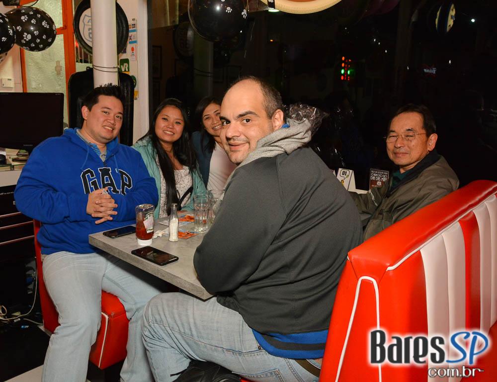 <a href='http://www.facebook.com/sharer.php?u=http://www.baressp.com.br/fotos/visualizar/963227' target='_blank'><img src='/images/icones/social64x64/facebook.png' alt='Facebook BaresSP' title='Compartilhe esta foto' width='40' /></a>&nbsp;<a href='http://twitter.com/share?text=Compartilhe&amp;lang=pt%26url=http://www.baressp.com.br/fotos/visualizar/963227' target='_blank'><img src='/images/icones/social64x64/twitter.png' alt='Twitter BaresSP' title='Compartilhe esta foto' width='40' /></a>&nbsp;<a href='http://www.baressp.com.br/fotos/coberturas/22849/22849_53.jpg' download><img src='/images/icones/download_icon.png' alt='Download' title='Baixar imagem' width='33' style='margin-bottom:4px;' /></a>