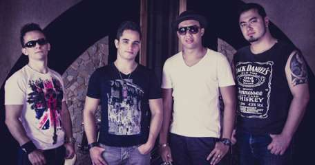 Banda Johnny 16 agita a noite com muito pop rock no The Blue Pub